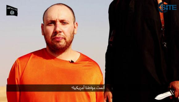 A video purportedly showing U.S. journalist Steven Sotloff kneeling next to a masked Islamic State fighter holding a knife in an unknown location in this still image from video released by Islamic State September 2, 2014. CREDIT: REUTERS/ISLAMIC STATE VIA REUTERS TV