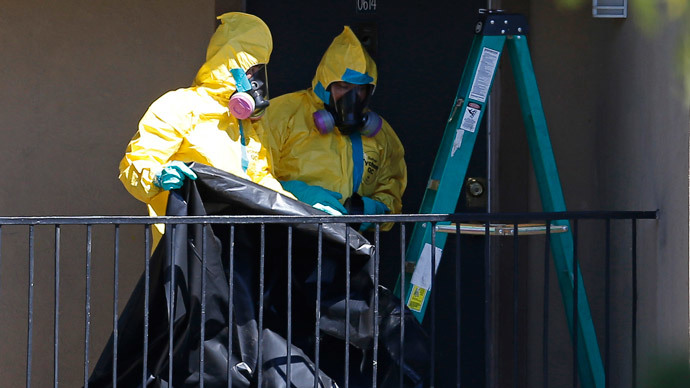 Workers wearing hazardous material suits arrive at the apartment unit where a man diagnosed with the Ebola virus was staying in Dallas, Texas, October 3, 2014.(Reuters / Jim Young)